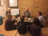 Andreas Opfermann und die Clubmitglieder trinken Tee. (Foto: Maria Grahl)