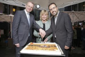 Presseclubvorsitzende Betina Klemm schneidet gemeinsam mit dem Ersten Bürgermeister Detlef Sittel und dem Direktor des Innside Hotels den Geburtstagskuchen an. Foto: Ralf U. Heinrich